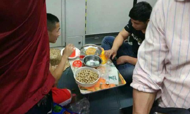 Men have 'picnic' on Guangzhou train -- and get slammed for being 'willing to do anything for fame'