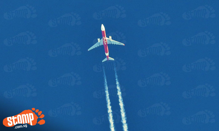 Stomper takes amazing photos of airplane contrails -- using a point-and-shoot camera