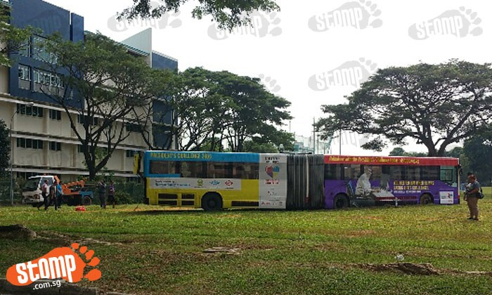 SMRT bus stuck at Kim Keat Avenue for 10 hours got towed