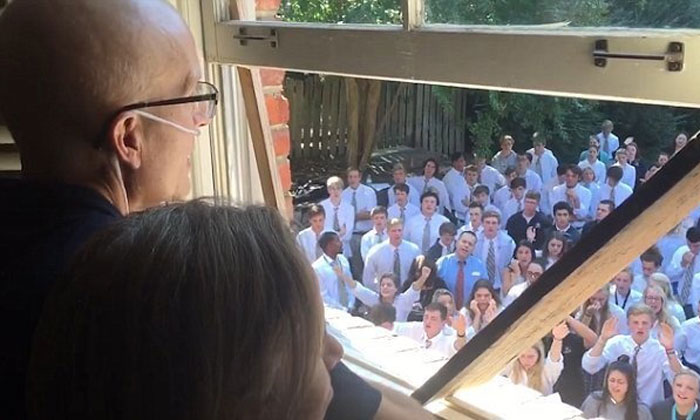 The reason why 400 students turned up on their teacher's lawn will make you cry