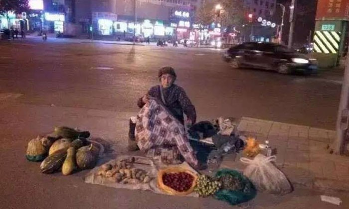 Old woman in China sells vegetables all night to help son buy a home