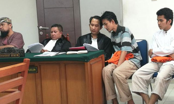 The alleged terrorist cell leader, Gigih Rahmat Dewa, conferring with his lawyer in the East Jakarta courtroom yesterday. Photo: The Straits Times