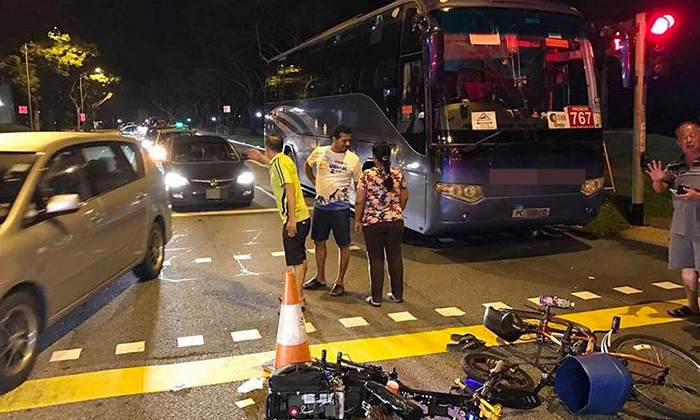 Photo: Lianhe Wanbao. Members of public help direct the traffic after the accident.