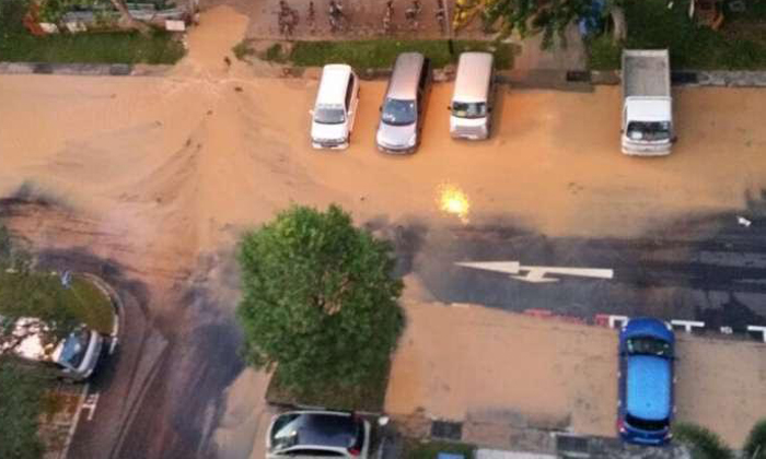 A burst water pipe between two Housing Board blocks in Aljunied flooded a carpark and affected 75 households on Monday (April 11).PHOTO: LIANHE WANBAO READER