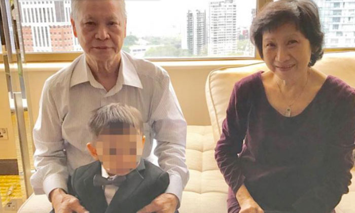 Photo: Lianhe Wanbao. The deceased (on the right) and her husband (on the left), with their grandchild