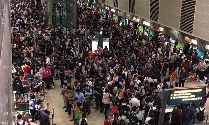 The crowd at Bishan MRT station on the Circle Line on Monday (Sept 11) morning. PHOTO: @POHLIM/TWITTER