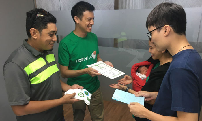 From left to right: Grab driver Mohammad Fazli Bin Omar, Head of GrabCar Singapore Andrew Chan, Cindy Lim holding baby Elora-Fae Chow and Reuben Chow. Photo: Grab Singapore