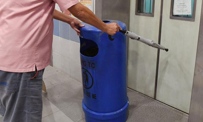 To prevent others from taking the faulty lift, Mr Chen placed a rubbish bin in front of it. Photo: Shin Min Daily News