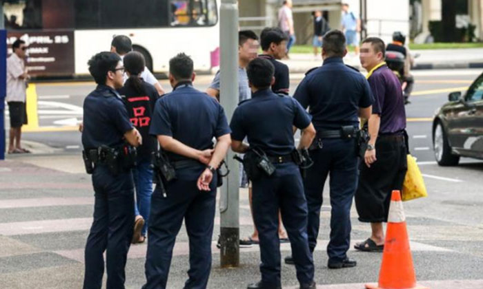 Police officers were dispatched to the scene after a scuffle broke out from a road rage incident in Ang Mo Kio. PHOTO: LIANHE WANBAO