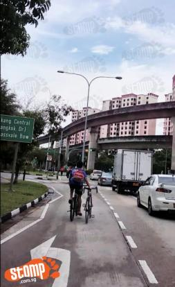 Cyclist rides one-handed and without helmet along Buangkok ...