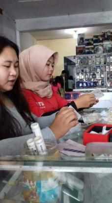 Indonesian street tea seller spends his savings to buy smartphone for daughter who refuses to go to school without it