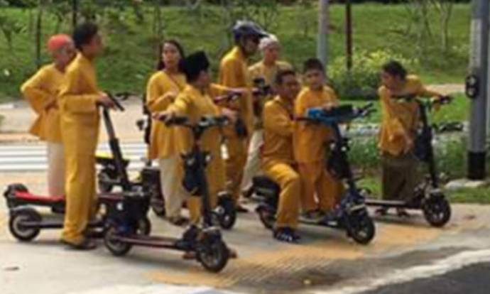 Family of 9 shows the coolest way to get around this Hari Raya