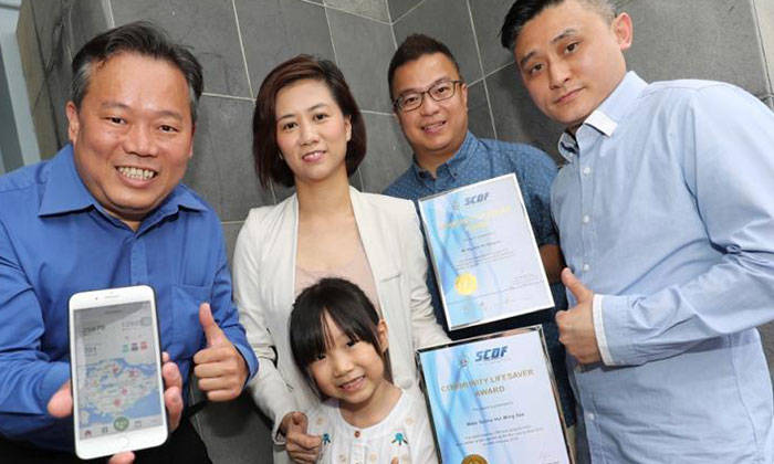 the five were presented with the Community Lifesaver Awards for saving the victim. Photo: Lianhe Wanbao