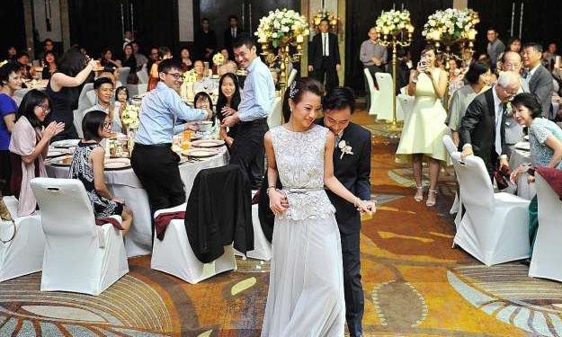 Prices of hotel wedding tables hit new high -- but will you give generous ang pows for couples to enjoy lavish banquets?