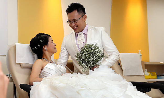 S'pore couple hold wedding shoot at blood donation centre -- where they had their first date