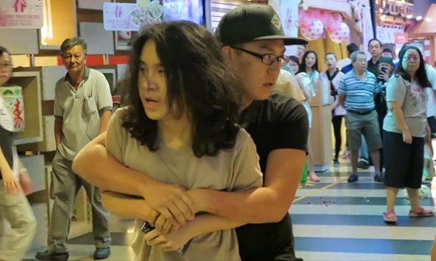 Amos Yee shouts for help after guy grabs and holds on to him at Jurong Point -- but no one intervenes