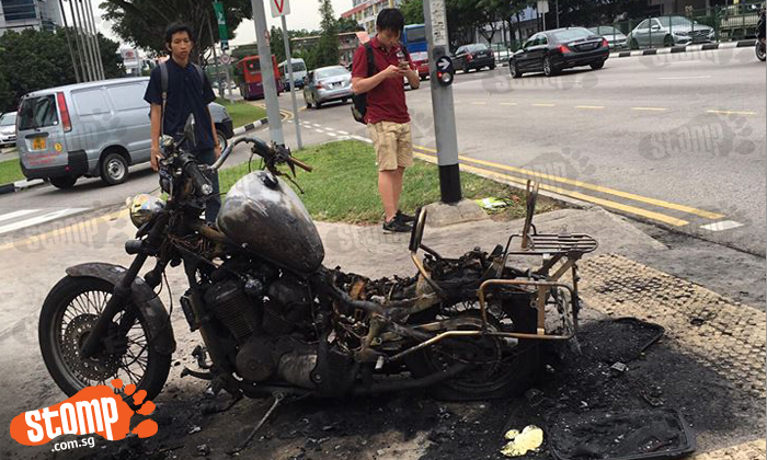 Who left this 'chao da' bike near traffic light at Ubi Avenue 2?