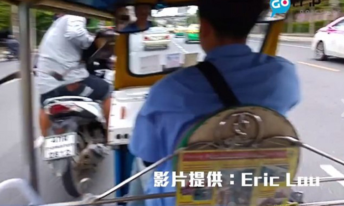 Bangkok tuk tuk driver appears to be 'signalling' before tourists get robbed by motorcyclist