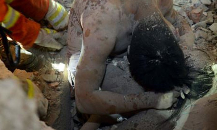 Heartbreaking photos: Father hugs daughter to save her from collapsing building in China