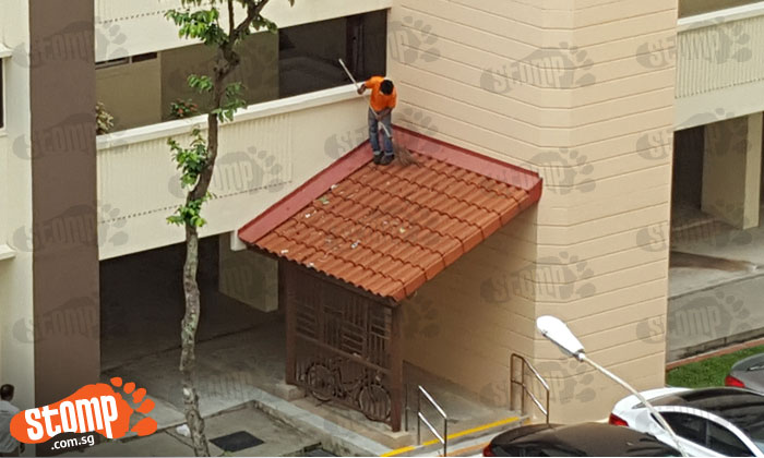 Isn't this dangerous? Cleaner spotted sweeping shelter without safety harness