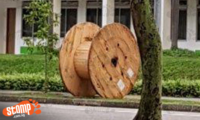 Huge cable drum abandoned at Simei St 1 poses danger for pedestrians