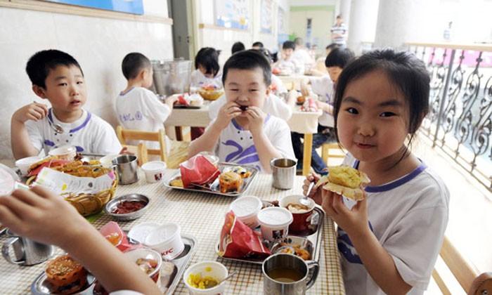 Kindergarten in Shanghai gives children food based on their weight