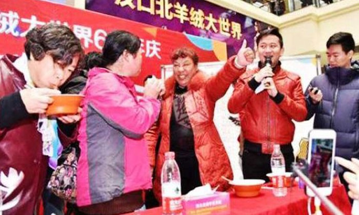 Chinese auntie gulps down noodles in 8 seconds, treats competitors to humble pie