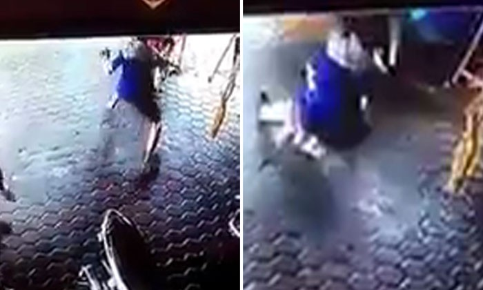 Man dashes to save kids from getting hit by car