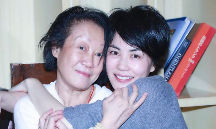 Faye Wong with her concert staff member. Photos: Ming Pao