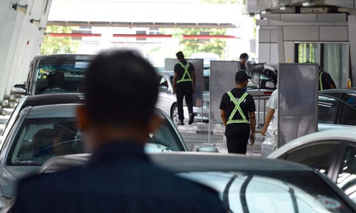 Two AETOS officers working at Woodlands Checkpoint were arrested for terrorism-related offences last month. PHOTO: SHIN MIN FILE