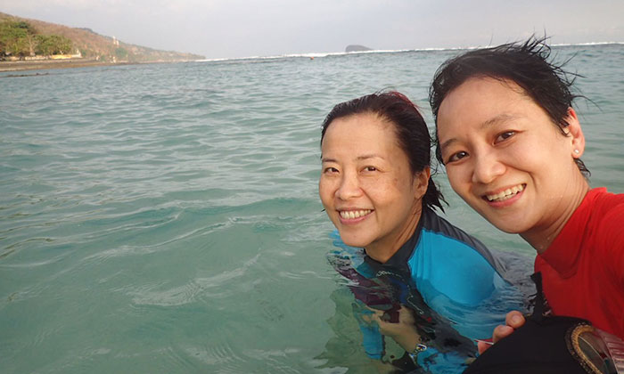 Photo: The Straits Times, Dr Wong Yu Yi (right) with her friend, Ms Yap Shu Mei, who was with her during the fatal diving trip to Bali.