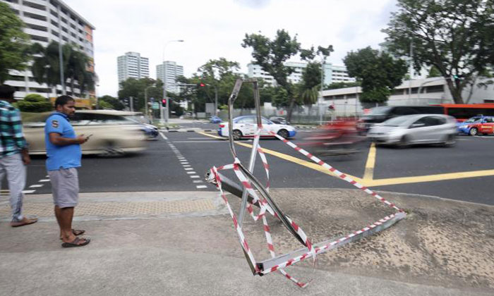 Remains of the road sign after the accident. Photo: Lianhe Wanbao