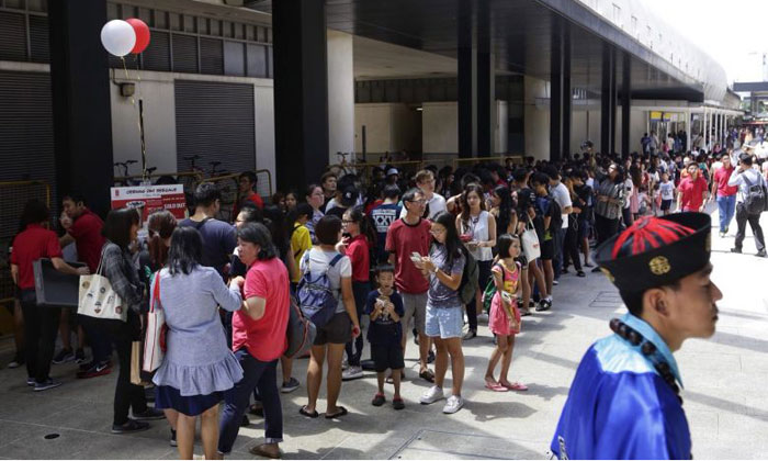 Hundreds queue to get their drinks at the new Gong Cha outlet at SingPost Centre on Dec 1.ST PHOTO: KEVIN LIM