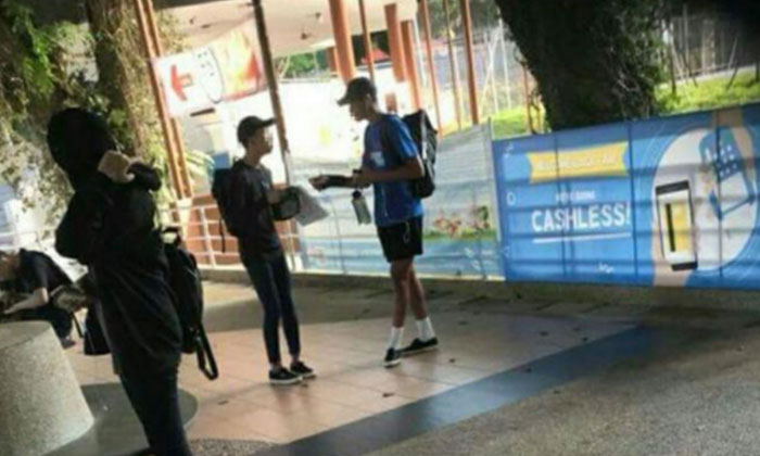 One of the youths asked for at least $50 from a student. PHOTO: LIANHE WANBAO