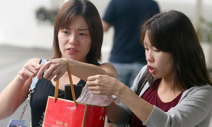 The twins, Kang Peiyi (left) and Kang Peiying (right) pleaded guilty to theft in court on Tuesday. PHOTO: THE STRAITS TIMES VIA SHIN MIN DAILY NEWS