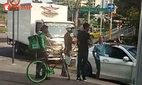 Lorry driver, Grab rider confront Merc driver who refuses to move car at Yishun Central Service Road