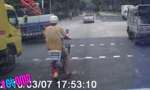 Man on motorised bicycle recklessly switches lanes along Corporation Rd