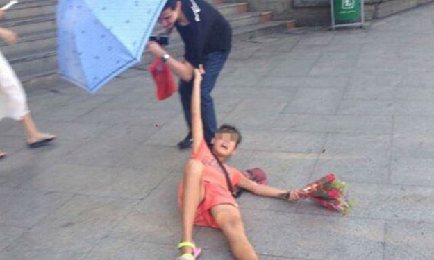 Super 'on' flower-seller in China latches onto customers who refuse to buy from her