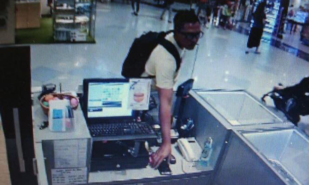 Man steals Samsung Note 5 from VivoCity shop in seconds