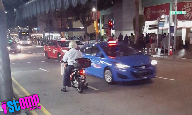 Reckless motorcyclist goes against one-way traffic at Little India